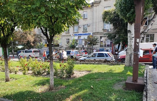 В столице автомобиль сбил пешехода, переходившего дорогу на красный свет