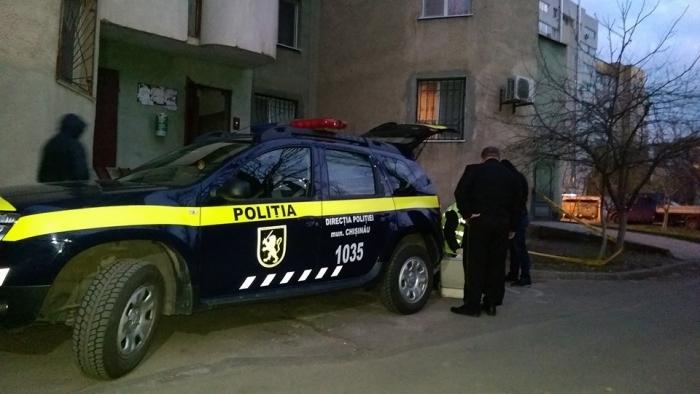 В Кишинева с 5 этажа жилого дома выпал молодой человек