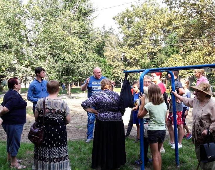 Социалисты обсудили с кишиневцами облагораживание очередного двора на Ботанике (ФОТО)