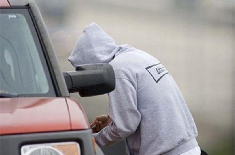 Автовор, удиравший от полиции на угнанной машине, врезался в столб