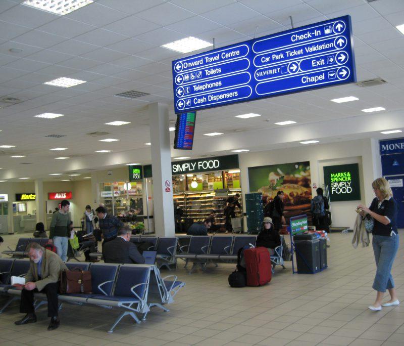 Десятки молдаван оказались заблокированы в аэропорту Лондона из-за отмены рейса (ВИДЕО)