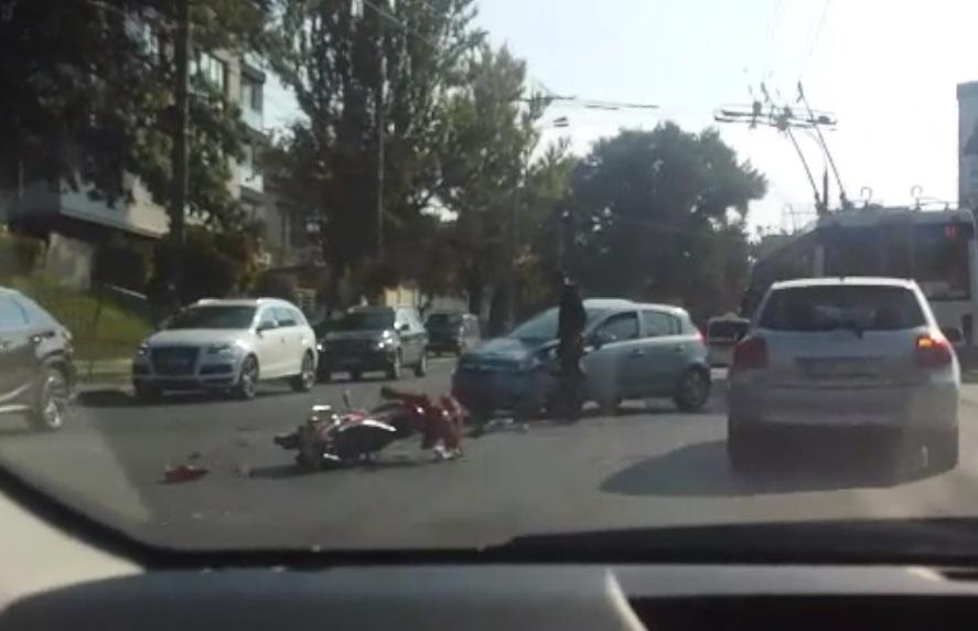 ДТП с участием мопеда на Рышкановке: один человек госпитализирован (ВИДЕО)