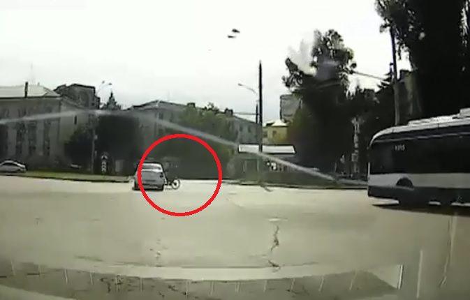 Столкновение велосипедиста с такси в Кишиневе попало на видео