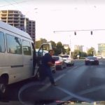 Кишиневец едва не угодил под машину, выскочив из маршрутки на светофоре (ВИДЕО)