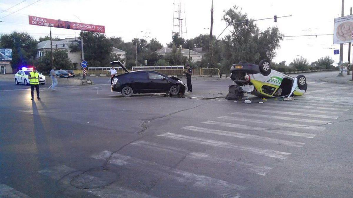 На Телецентре в результате ДТП перевернулось такси: на месте полиция и спасатели (ФОТО)