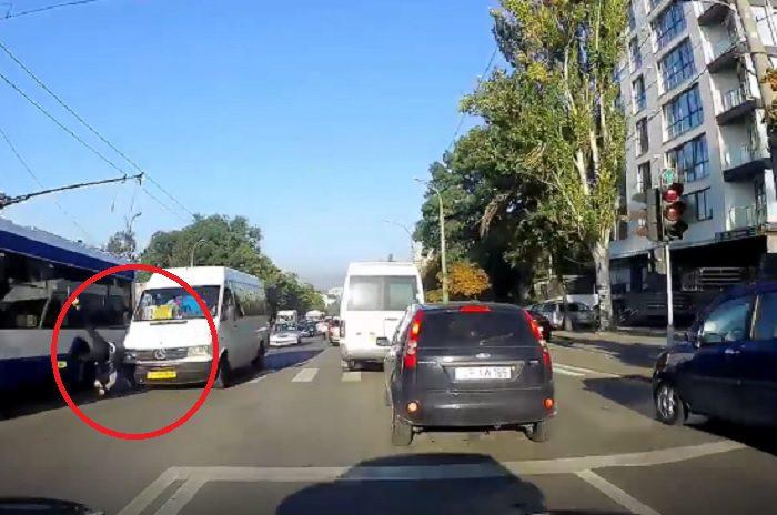 """На Рышкановке маршрутка сбила пешехода на """"зебре"""" (ВИДЕО)"""
