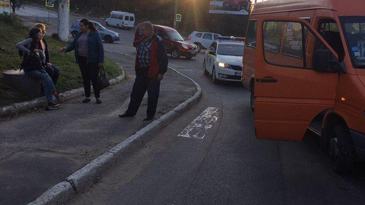 На Буюканах маршрутка сбила девушку на пешеходном переходе (ФОТО)