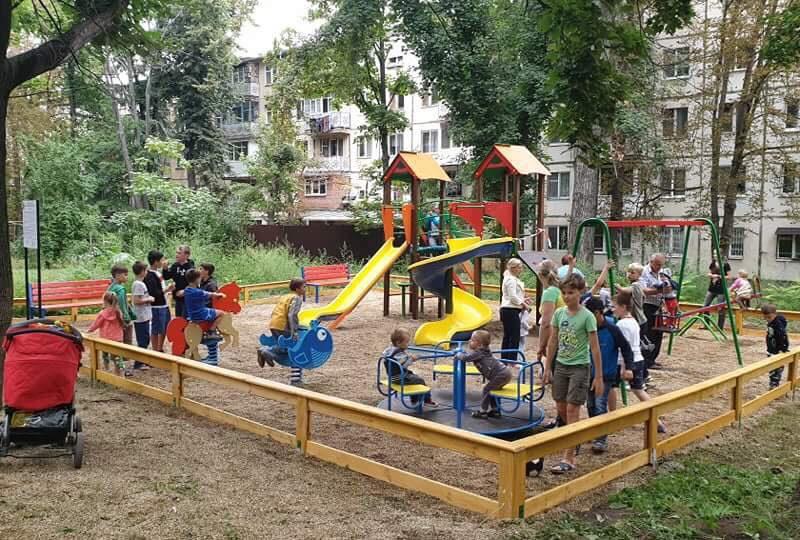 Вопиющий беспредел: укравший землю индивид требует снести детскую площадку, установленную социалистами