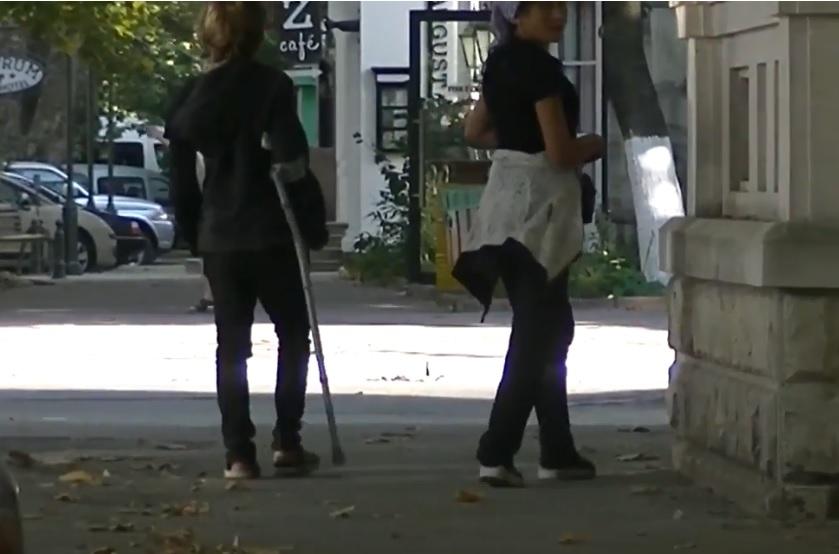 """""""Травмированная"""" молодая женщина попрошайничает на улицах Кишинева, зарабатывая по 200 леев в день (ВИДЕО)"""