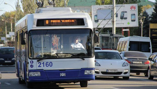 Мунсоветник ПСРМ решил узнать, сколько зарабатывает Управления электротранспорта на рекламе в троллейбусах (ФОТО)