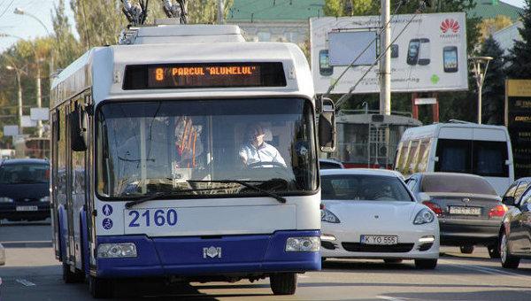 В Кишинёве пьяный мужчина набросился на пассажиров троллейбуса: полицейские задержали дебошира (ВИДЕО)