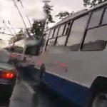 В центре Кишинева молния ударила в троллейбусные линии: образовался затор