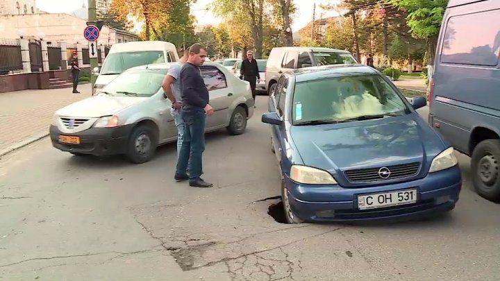 """Ловушка для водителей: в центре Кишинева провал асфальта """"травмирует"""" автомобили (ФОТО)"""