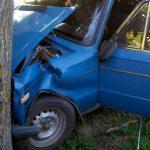 Пожилой приднестровец потерял сознание за рулем и врезался в дерево