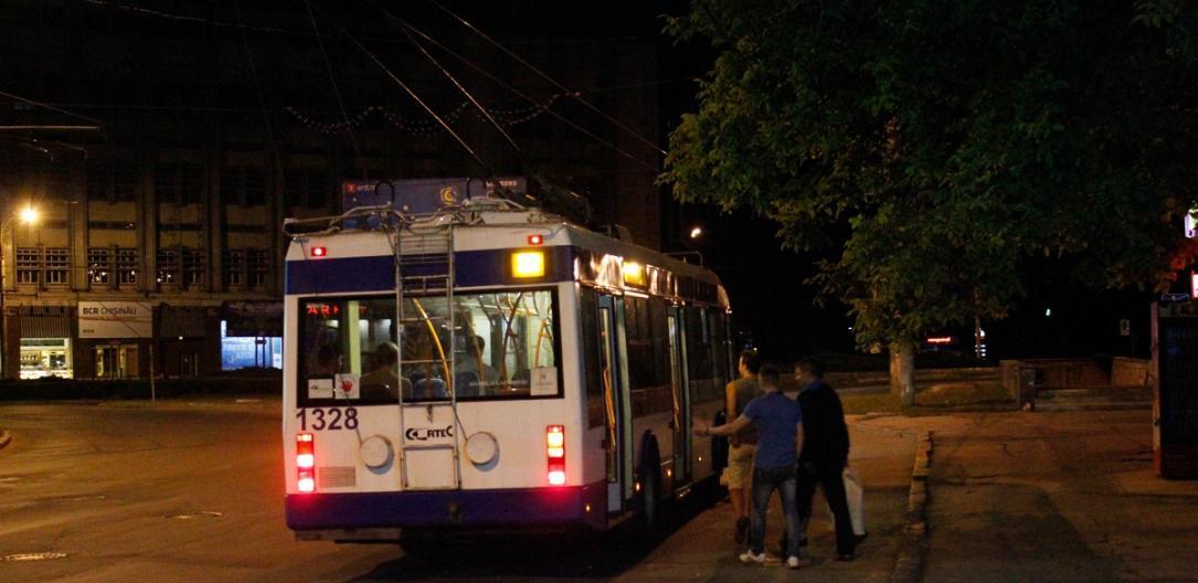 В Кишиневе во время движения задымился троллейбус (ФОТО)