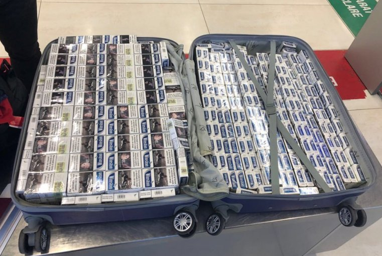 Молдаванин намеревался улететь в Лондон с набитым сигаретами чемоданом