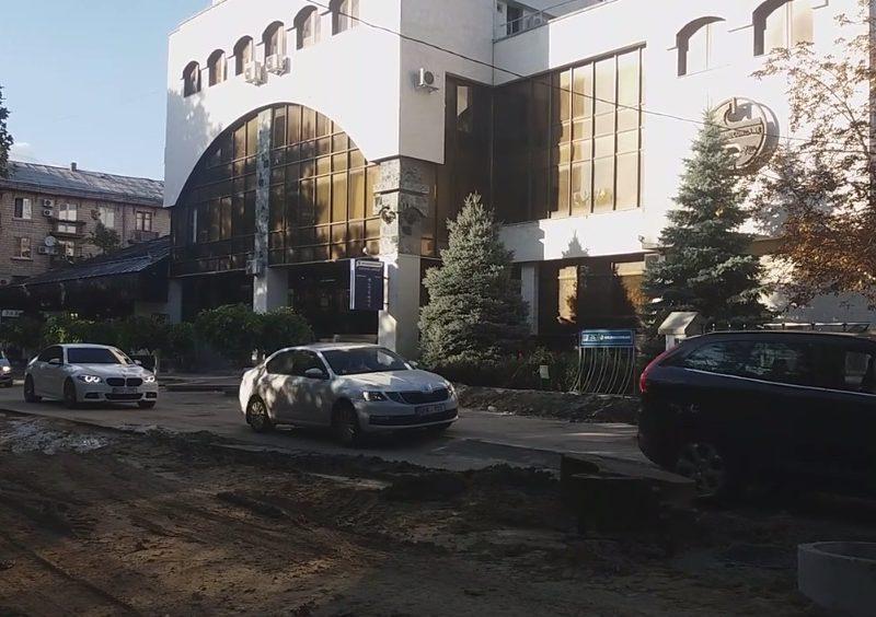 Некоторые водители продолжают ездить по перекрытой и перерытой улице 31 августа (ВИДЕО)