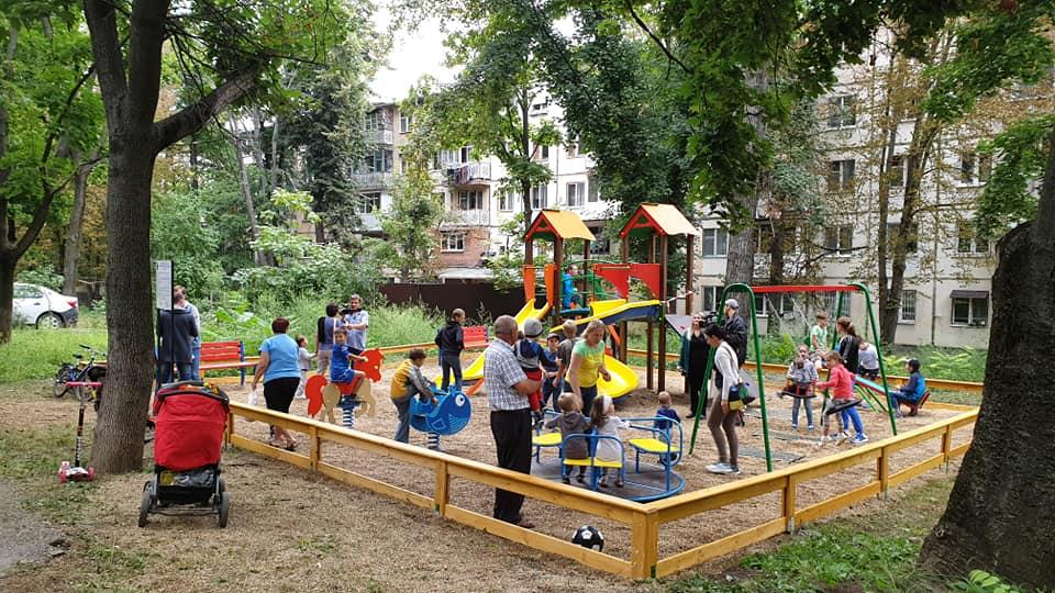 Праздник в очередном дворе: благодаря социалистам на Ботанике установлена еще одна детская площадка (ФОТО)