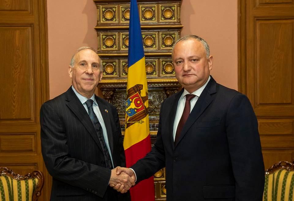 Додон – послу США: Молдова должна дружить со всеми, а не вместе против кого-то