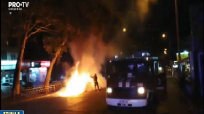 Ранним утром на Буюканах сгорела машина службы такси (ФОТО, ВИДЕО)