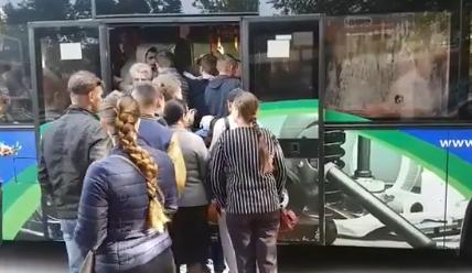 """""""Теперь понятно, зачем в детстве играли в """"стульчики"""": битком набитый автобус в Кишиневе сняли на видео"""