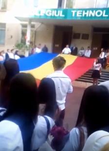 """Вопиющий инцидент: на """"первом звонке"""" в Кишиневе растянули флаг Румынии (ВИДЕО)"""