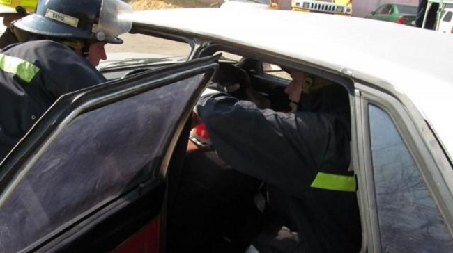 Спасатели ГИЧС вызволяли из покорёженной машины пострадавшую в аварии в Пересечино женщину
