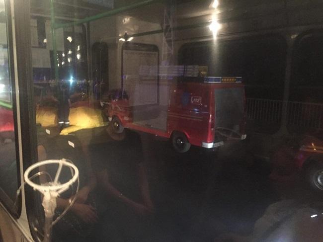 Попытка самоубийства у столичного Цирка: мужчина решил сброситься с рекламного щита (ФОТО)