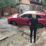 """В Кишиневе асфальт """"поглотил"""" люксовую машину"""