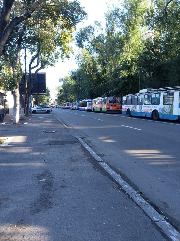 Этим утром троллейбусы в центре Кишинева оказались заблокированными более чем на час