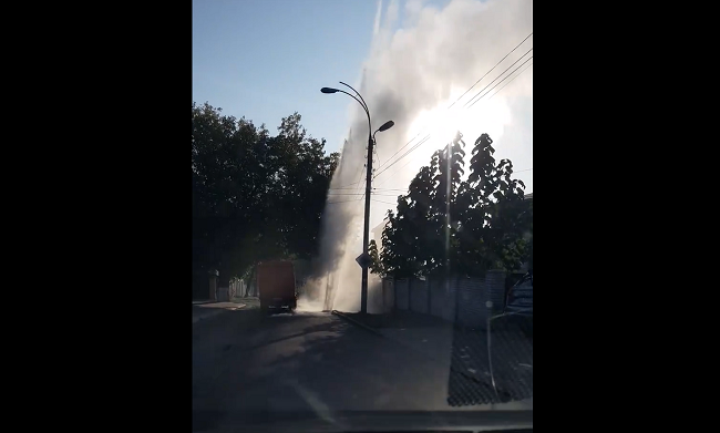 На Старой Почте посреди проезжей части забил 15-метровый фонтан горячей воды (ВИДЕО)