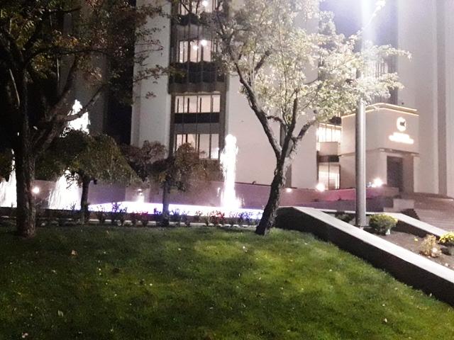 У отремонтированного здания президентуры начали работать фонтаны