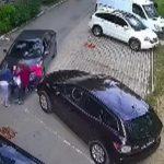 В столице автоледи перепутала педали газа и тормоза и сбила семью с коляской (ВИДЕО)