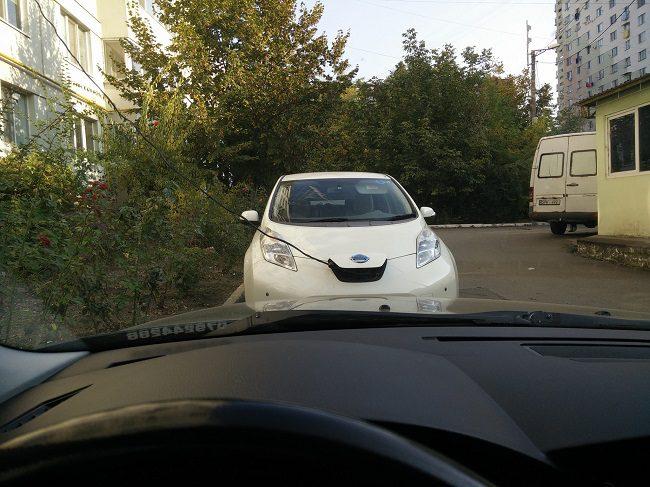 Картина дня: владелец электромобиля протянул удлинитель с 7 этажа, чтобы зарядить мотор (ВИДЕО)