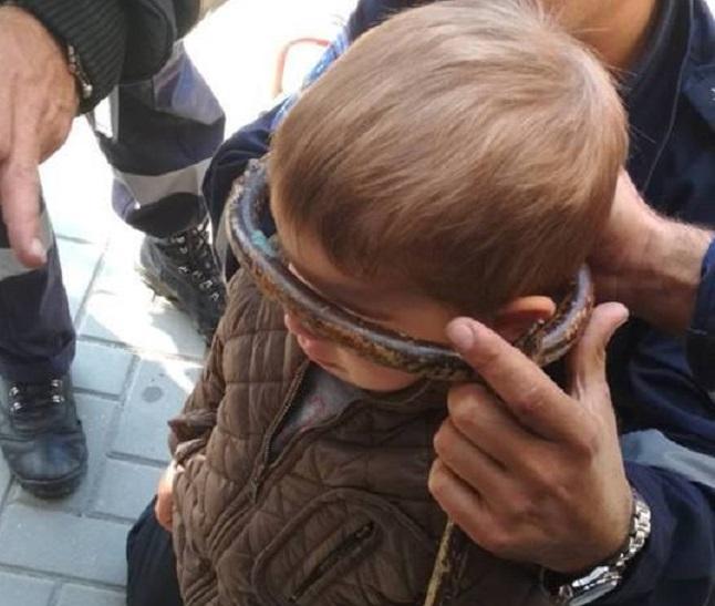 В Гагаузии спасатели помогли 3-летнему мальчику, голова которого застряла в решётке ворот (ФОТО)