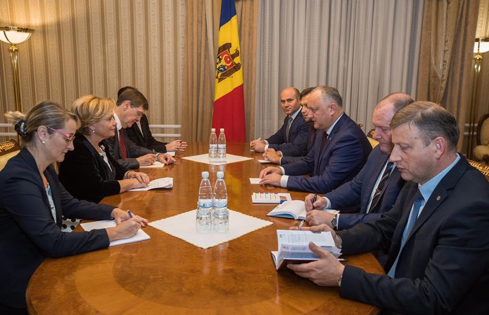 Додон на встрече с делегацией НАТО: Нейтралитет является основным условием сохранения и укрепления молдавской государственности (ФОТО)