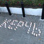 Молдова скорбит с Россией: сотни граждан принесли цветы к посольству РФ в Кишиневе (ФОТО)