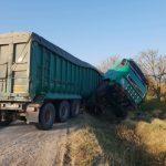 На трассе Кишинёв-Хынчешты перевернулся грузовик, перевозивший кукурузу (ФОТО, ВИДЕО)