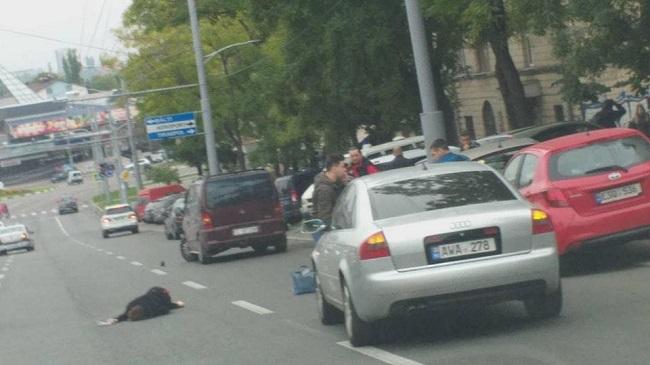 В Кишинёве автомобиль сбил женщину, переходившую дорогу в неположенном месте (ВИДЕО)