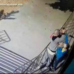 Дерзкое ограбление несовершеннолетнего в столице попало на видео