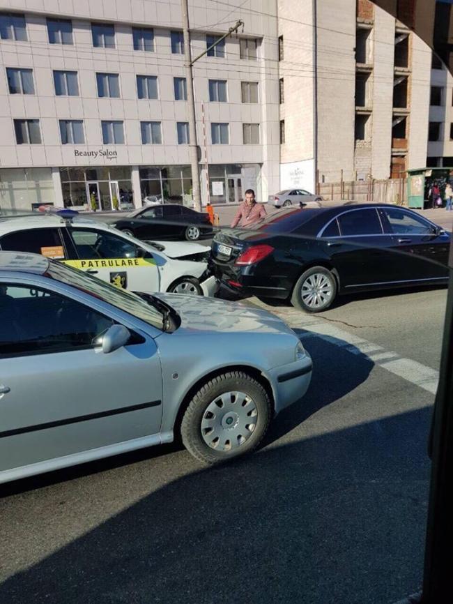 Полицейский экипаж попал в аварию в центре столицы