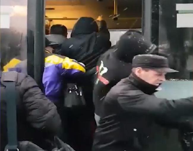 Настоящую битву за место в общественном транспорте Кишинёва снял на видео очевидец (ВИДЕО)