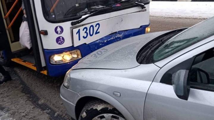 На Ботанике водитель вылетел на встречку и врезался в троллейбус (ФОТО)