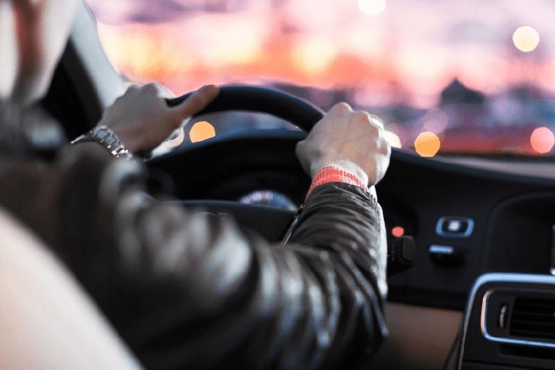 Сюрприз на дороге: водитель-смельчак выехал на встречку, чтобы объехать пробки (ВИДЕО)