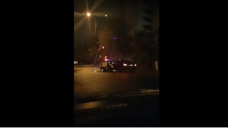 Дебоширы на дороге: пойманный пьяным за рулем водитель устроил разборки с полицейскими (ВИДЕО)