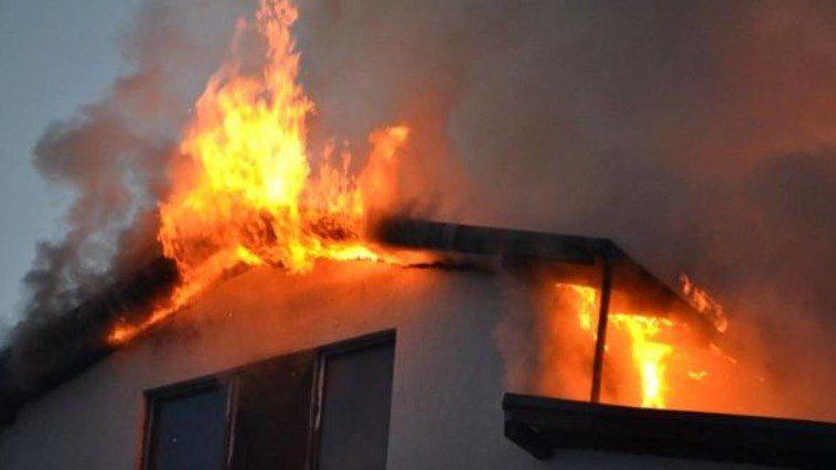 Невероятно, но факт: пожарная машина не смогла доехать до горевшего дома из-за плохих дорог (ВИДЕО)