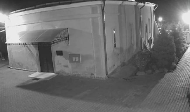 """Дерзкое ограбление церкви в Гидигиче попало на камеру: """"добычей"""" воров стали 16 тысяч леев (ВИДЕО)"""