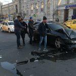 Серьёзная авария в центре столицы: люксовый автомобиль врезался в микроавтобус (ВИДЕО 18+)