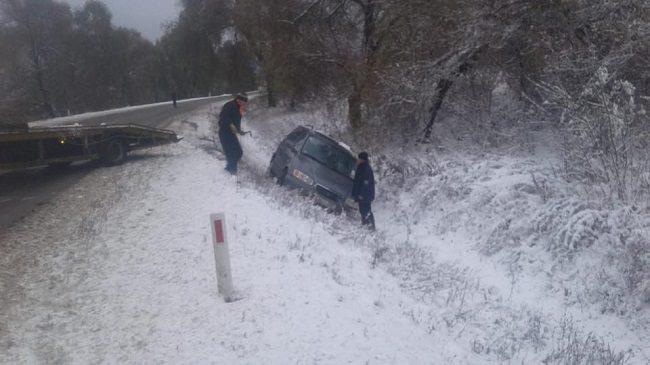 Машина с четырьмя детьми застряла на трассе Хынчешты-Кишинев