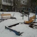 Не страшны ни дождь, ни слякоть: социалисты продолжают устанавливать десятки новых скамеек (ФОТО)